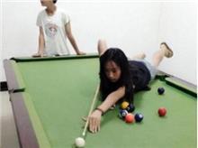 狐诌冷笑话:同学,别再自拍了,你女朋友就在你身后!