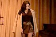 萌妹子:金丝绒面料的连衣裙,修身的版型,腰间的系带轻松勾勒出小蛮腰